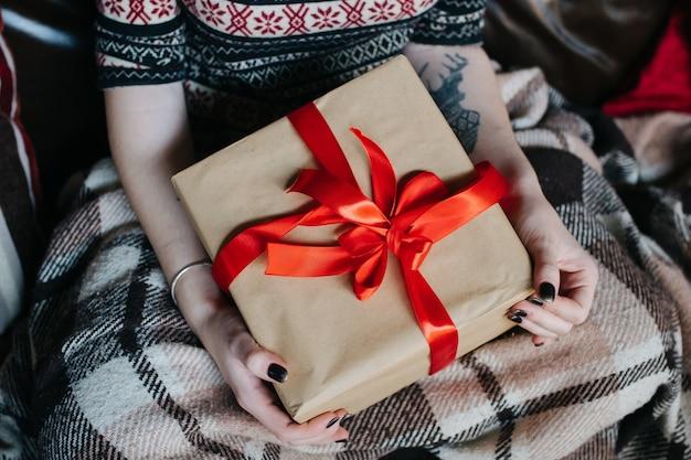 La ragazza con un regalo in grembo