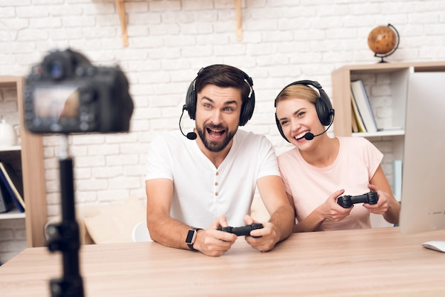 La ragazza con un uomo gioca ai videogiochi in ufficio.