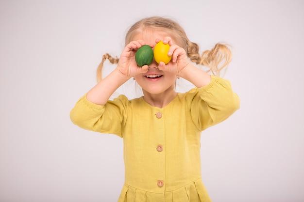 La ragazza del bambino manipola le uova e sorride felicemente