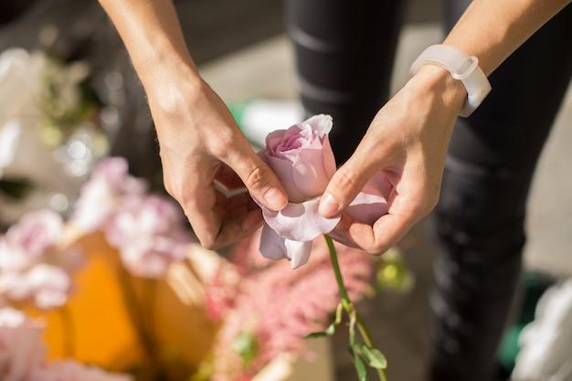 La ragazza del fiorista del primo piano prepara i fiori freschi per decorare l'evento.
