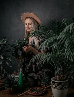La ragazza del giardiniere è impegnata nelle sue piante