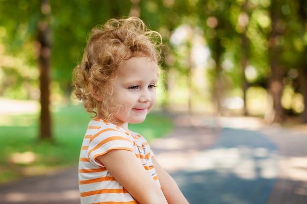 La ragazza della principessa che soffia le bolle di sapone con il cuore ha modellato, concetto felice di infanzia