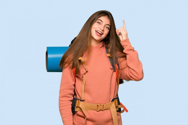 La ragazza della viandante che intende realizzare la soluzione mentre solleva un dito sul blu