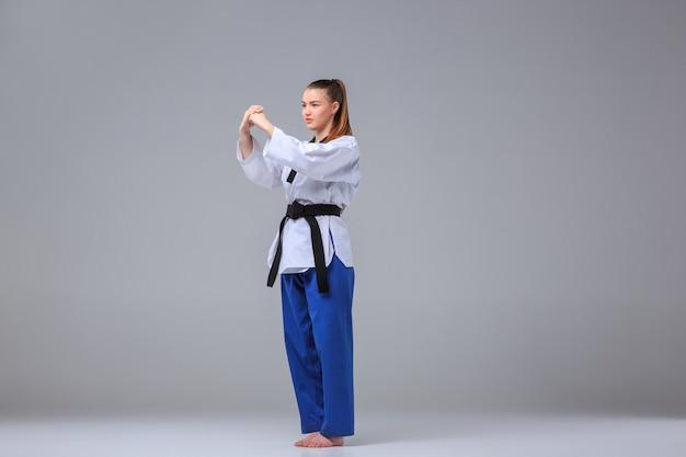 La ragazza di karate con cintura nera