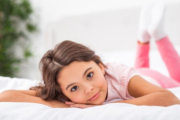 La ragazza di vista frontale a casa risiedeva nel letto