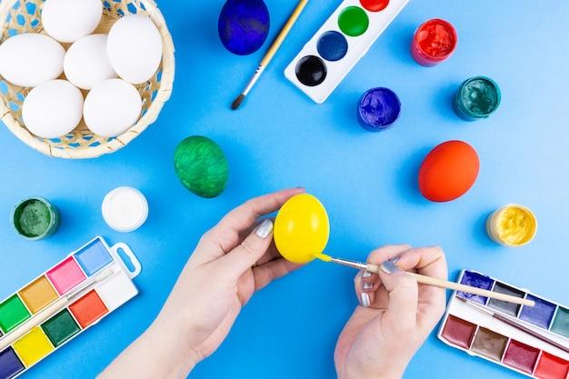 La ragazza dipinge le uova