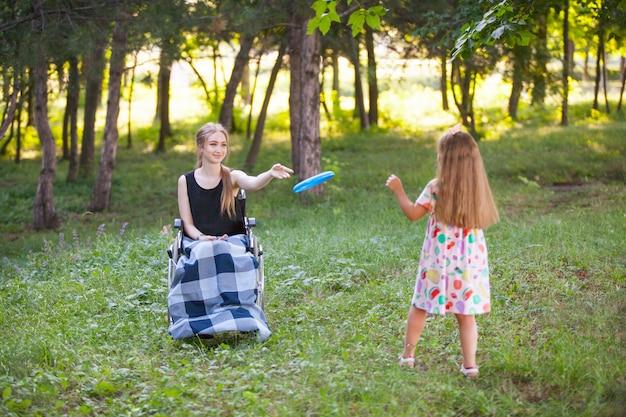 La ragazza disabile gioca a badminton.