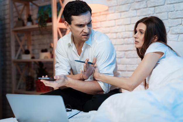 La ragazza distrae l'uomo dal lavoro.