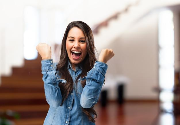 La ragazza divertente celebrare una vittoria