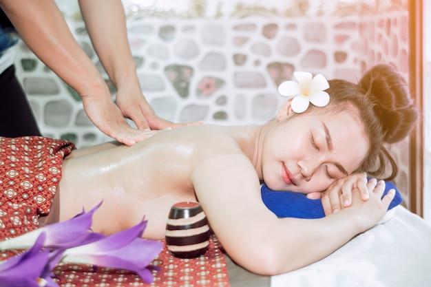 La ragazza dorme comodamente mentre massaggia una spa thailandese