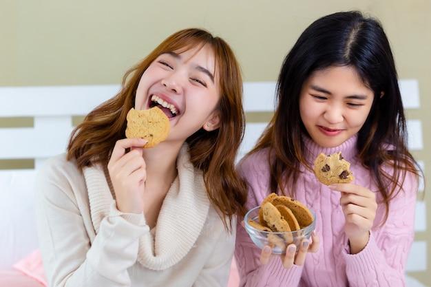 La ragazza e gustare deliziosi biscotti gourmet