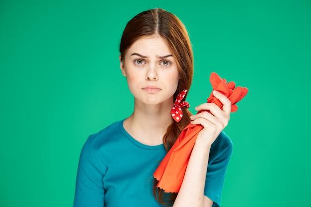 La ragazza è impegnata nella pulizia e nella disinfezione con guanti di gomma