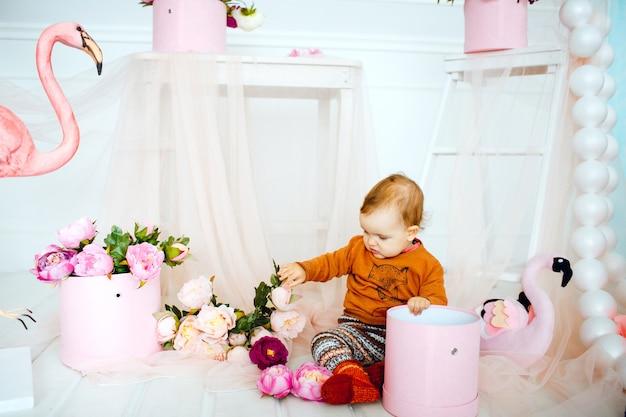 La ragazza gioca con i fiori in scatola rosa