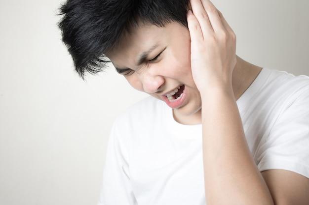 La ragazza ha dolore all'orecchio. giovani donne che soffrono di otite media.