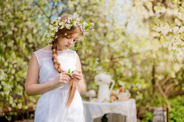 La ragazza ha fiorito la ciliegia del giardino
