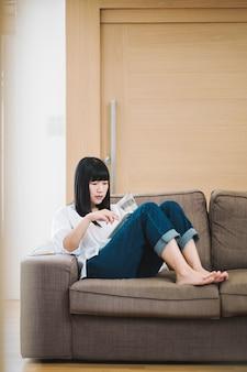 La ragazza ha letto l'ipad sul sofà