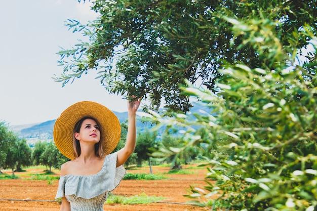 La ragazza ha un periodo di riposo nel giardino olivastro greco