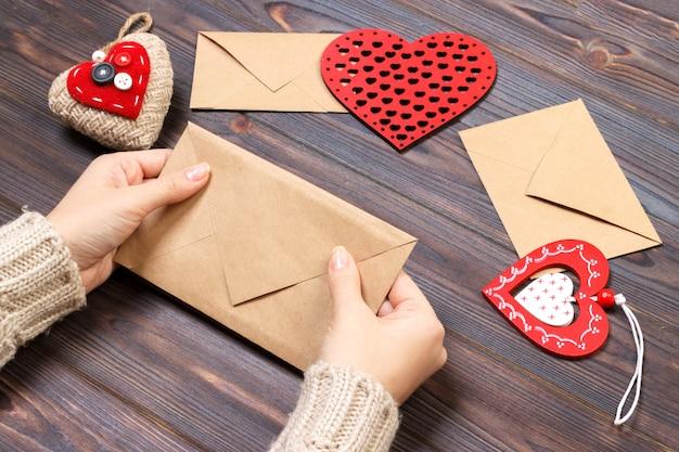 La ragazza imballa una lettera d'amore per san valentino. concetto di san valentino con copyspace