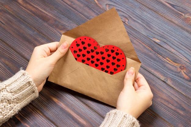 La ragazza imballa una lettera d'amore per san valentino