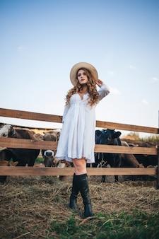 La ragazza in abito bianco nella fattoria.