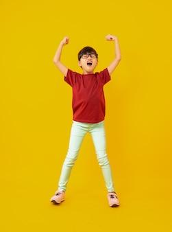 La ragazza in camicia rossa celebra e ha sollevato le mani fino a successo
