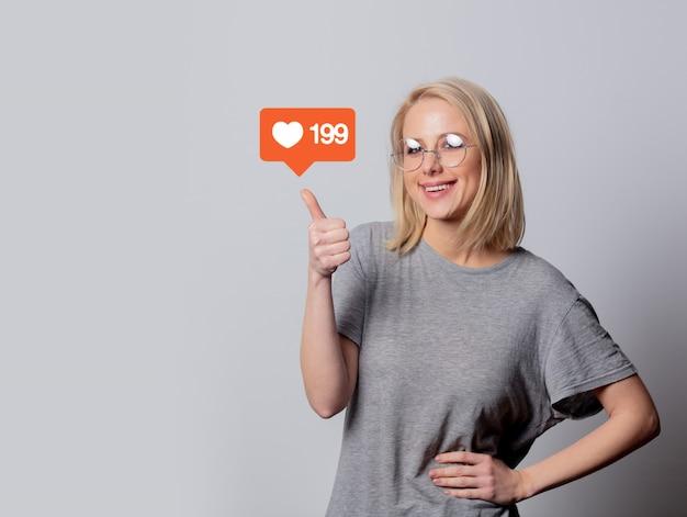 La ragazza indica i suoi mi piace nei social network