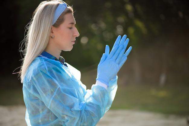 La ragazza indossa guanti di gomma prima della raccolta dei rifiuti.