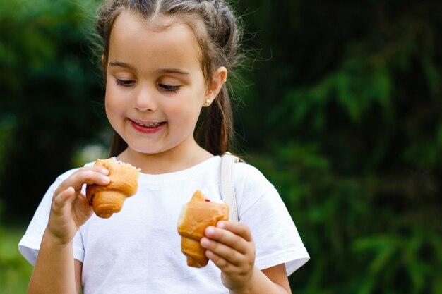 La ragazza mangia il croissant