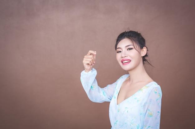 La ragazza mostra gesti delle mani ed emozioni facciali.