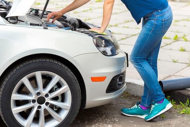 La ragazza non sapeva cosa fare con un'auto che si è rotta sulla strada