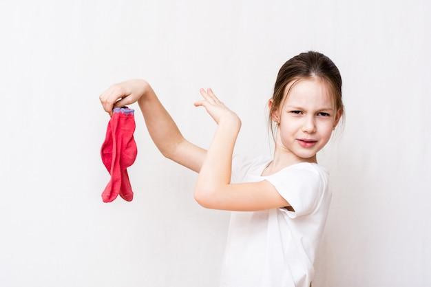 La ragazza non sopporta l'odore sgradevole delle calze sporche