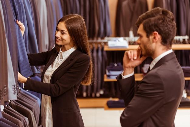 La ragazza offre questo abito a un uomo.