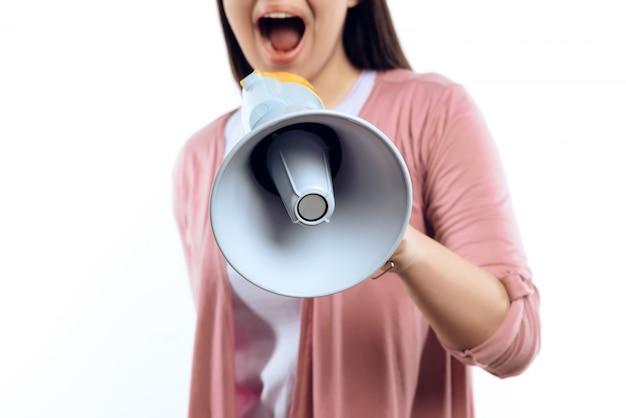 La ragazza parla in megafono