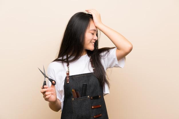 La ragazza parrucchiere adolescente ha realizzato qualcosa e intendendo la soluzione