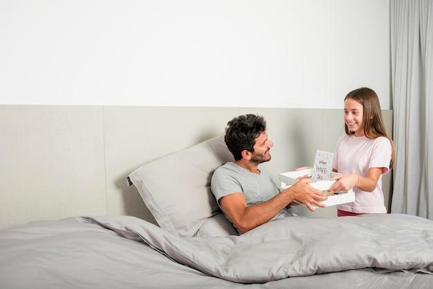 La ragazza porta la colazione il giorno di padri