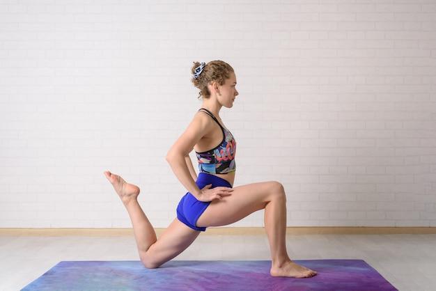 La ragazza pratica yoga.