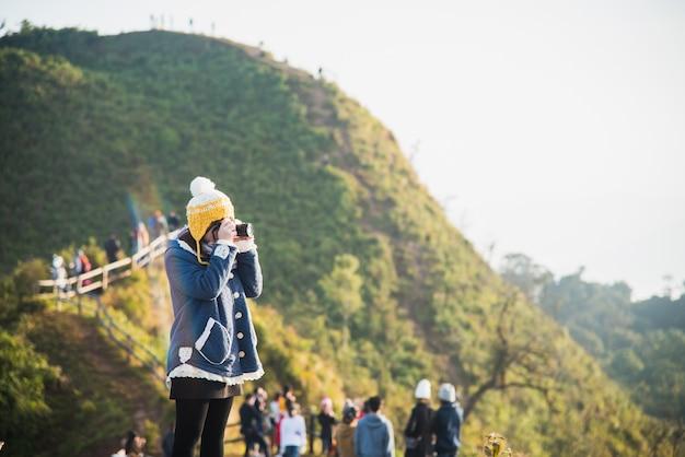 La ragazza prende la foto alla montagna