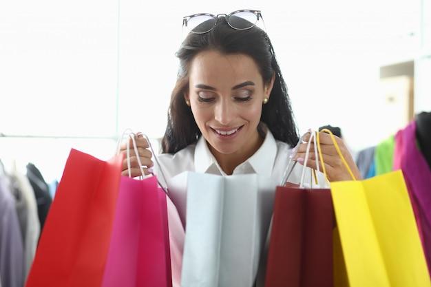 La ragazza prende piacere dallo shopping in boutique.