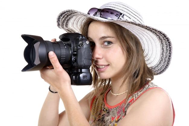 La ragazza prende una foto con la macchina fotografica digitale