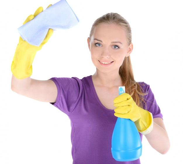 La ragazza pulisce la finestra e guarda nella telecamera.