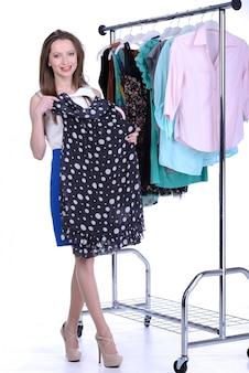 La ragazza sceglie il vestito
