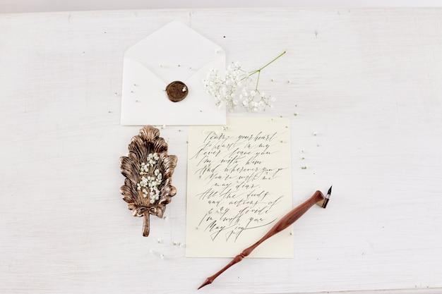 La ragazza scrive la lettera alla sua tavola domestica amata dell'uomo