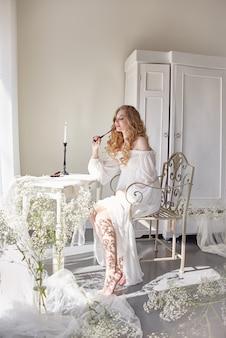 La ragazza scrive la lettera la sua tavola di seduta adorata dell'uomo
