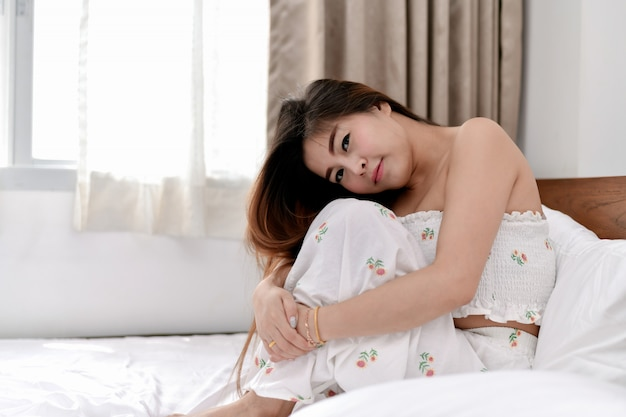 La ragazza sexy sta giocando nella camera da letto.
