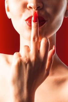 La ragazza si prende un dito in bocca.