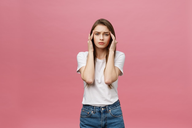 La ragazza soffre di terribili mal di testa e comprime la testa con le dita