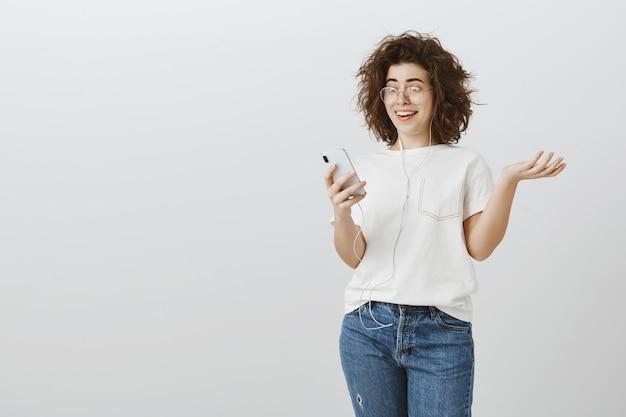 La ragazza sorpresa felice riceve grandi notizie tramite messaggio sullo smartphone