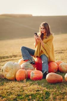 La ragazza sveglia ha un periodo di riposo in un parco di autunno