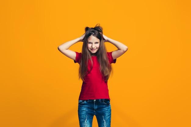 La ragazza teenager dagli occhi socchiusi con un'espressione strana