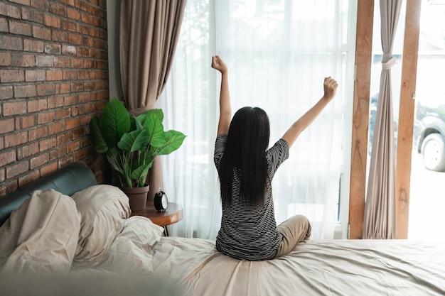 La ragazza teenager si sveglia di mattina
